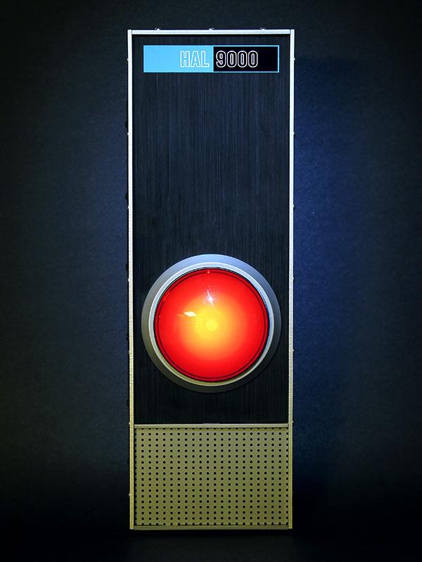 HAL 9000 : la première enceinte intelligente, imaginée par Stanley Kubrick, dans le film 2001, l'Odissée de l'espace. Heureusement, nos enceintes inteligentes sont loin d'être aussi douées que HAL.